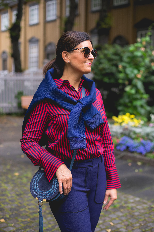 fd3ad338 Rundt seg har hun den kule statement-genseren «Ms Wanderlust». Den flotte  vesken og ankle bootsene er fra Chloè.